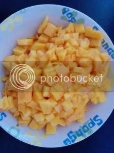 Zwei Mangos in möglichst kleine Würfel geschnitten.