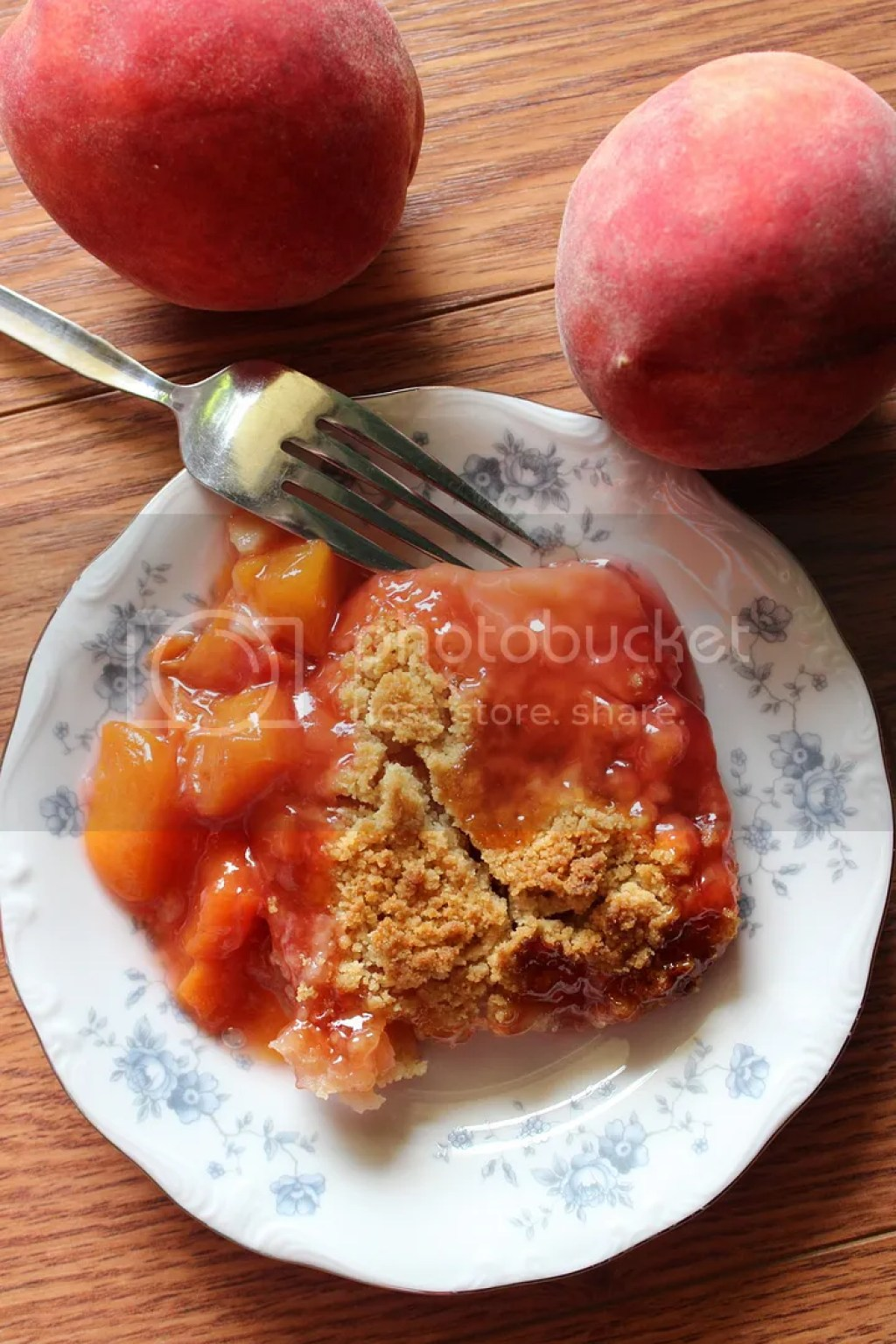 A delicious almost pie like center, topped with a sugary crumble, resembling the flavors of sugar cookies, make this peach crumble perfection! | EverydayMadeFresh.com