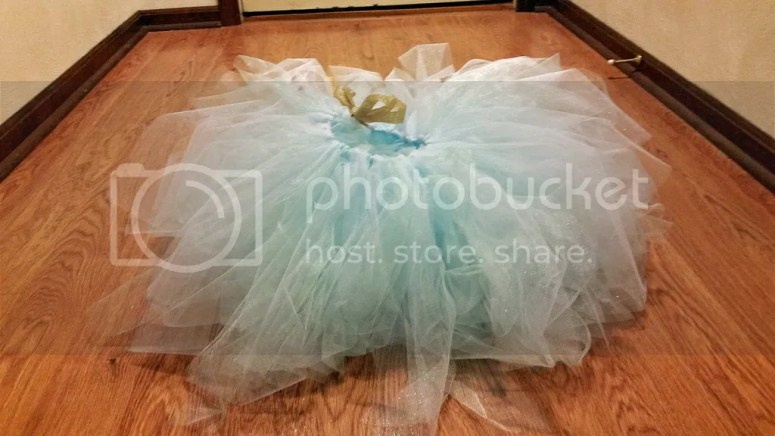 This pretty princess birthday outfit is perfect for the tiny little princess in your life. Completely with glitter, this DIY is simple and fabulous! @diyjustcuz