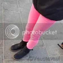 Onze oudste dochter kiest een knal roze broek uit in de winkel!