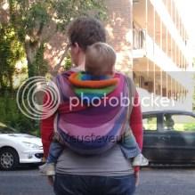Dragen met kindje op de rug in kikkerhouding