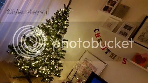De kerstboom, dit jaar met zilver en witte ballen erin