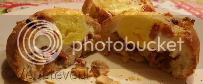 Heerlijk! Gevuld broodje met ei, spek, ui, champignons en klein beetje kaas!