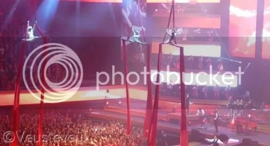 Dames in de lucht tijdens het liedje Rood