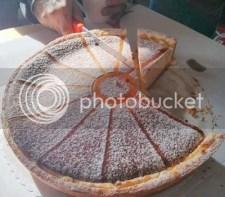 De taart helemaal scheef snijden terwijl duidelijk zichtbaar is hoe het wel moet... dat kan gewoon niet!