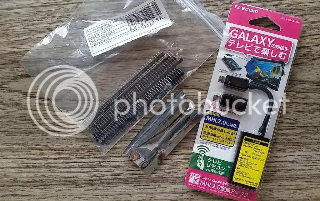 エレコム Galaxy用コネクタ付MHL変換アダプタ TVリモコン対応 MPA-MHL2AD01BK。左に見えるのは本件に関係のない電子工作部品。