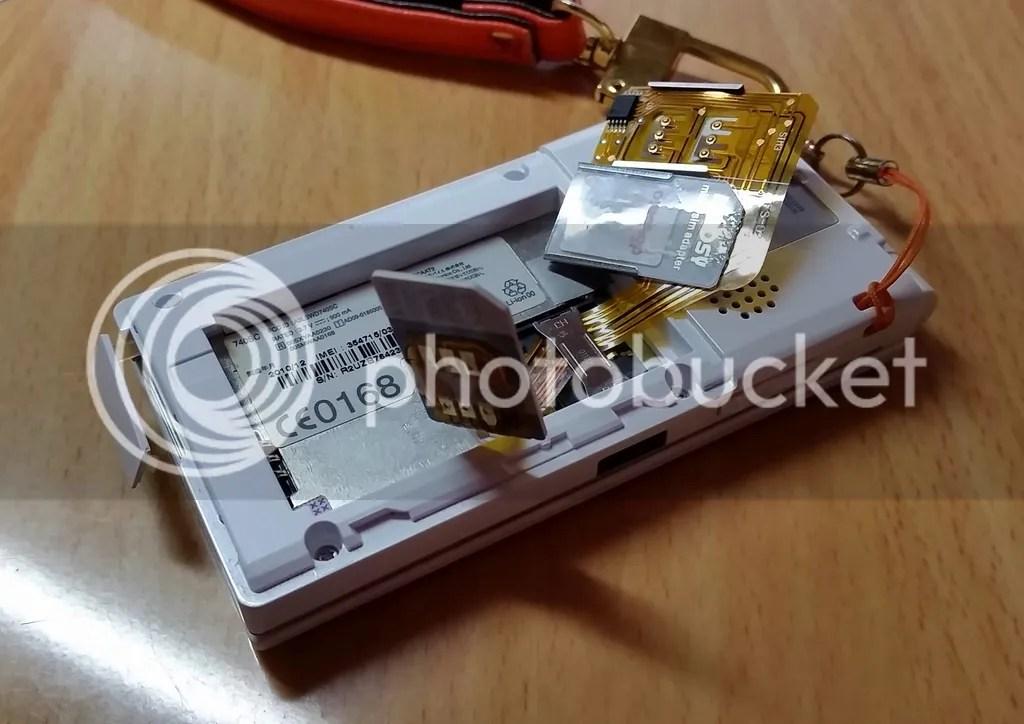 740SCでトリプルSIMカードアダプタを利用するにはSIM1用端子を先にカードホルダーの下をくぐらせ、SIM1のSIMカードに固定しなければならない