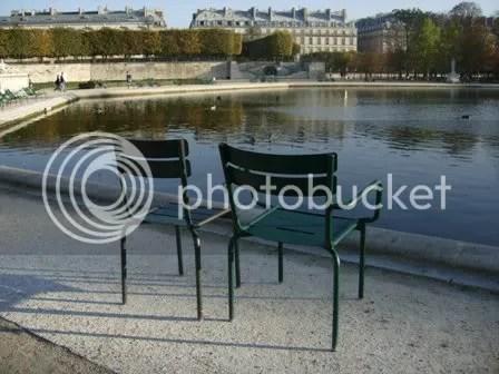 Deux chaises au basin dans le Jardin des Tuileries - octobre 2006
