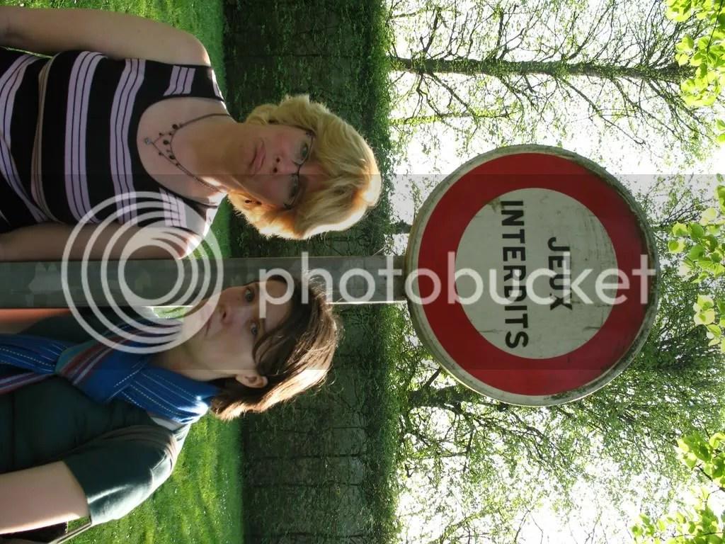 Les jeux sont apparément interdits à Versailles - ma mère et moi - avril 2007