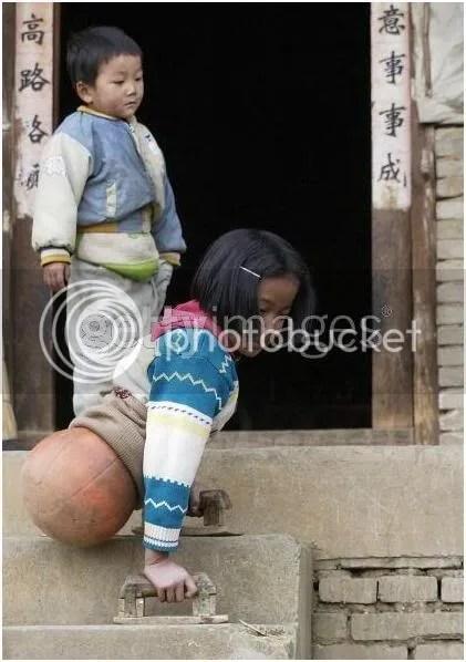 Qian HongYan menggunakan dua sanggah kayu