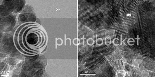 Phân biệt ảnh TEM có độ phóng đại lớn (a) và ảnh TEM có độ phân giải cao (b). Hai ảnh cùng được chụp ở độ phóng đại 490 ngàn lần nhưng ảnh (a) không đạt được độ phân giải cao.
