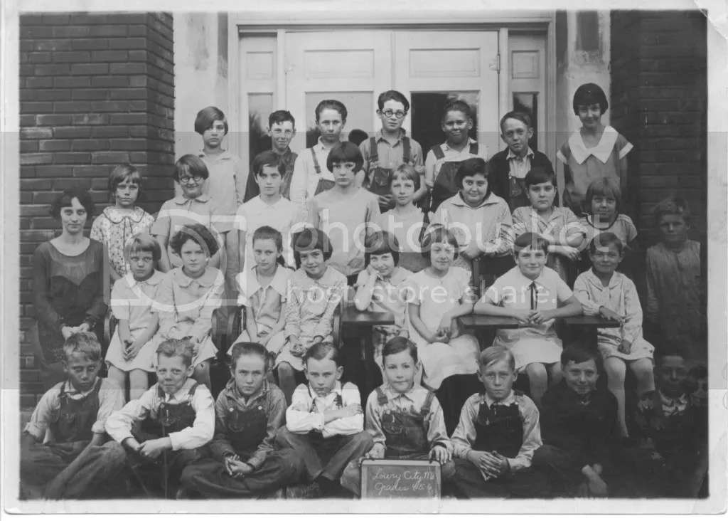 Grades 4, 5, and 6 at Lowry City School in 1926-1927.  Earl is next to the right end of the third row.  Doris is probably in this photograph as well, perhaps one of the girls sitting at a desk in the center.