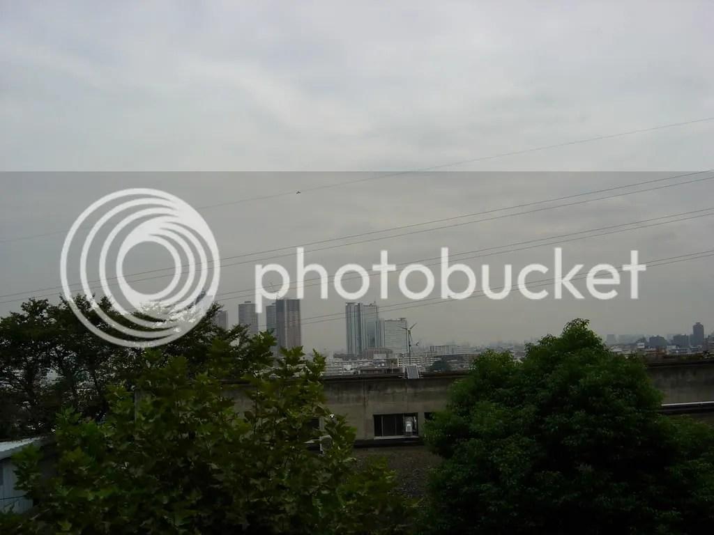 Pemandangan jendela siang mendung