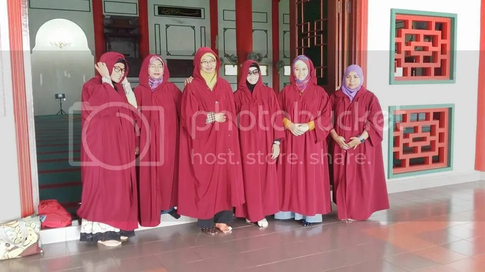 Mau masuk Masjid, pakaian harus menyesuaikan. photo 12106880_10206530320449538_8951045648329826058_n_zps2io7dx9i.jpg