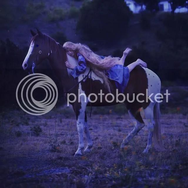 Siempre quise fotos con un caballo. No fué como estaba planeado porque no tenía un modelo así que mi sueño de hacer una imágen pre-rafaeñista fué descartada.. pero sucederá eventualmente :-D Así que fuí con lo siguiente mejor: Un cuento de hadas.