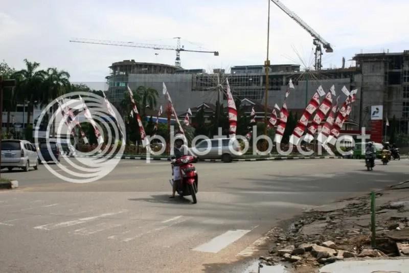 24 Januari 2009. Simpang 3 Hotel Mesra dari jalan Pahlawan terkadang pengguna jalan memaksa berputar arah ditempat yang dilarang.