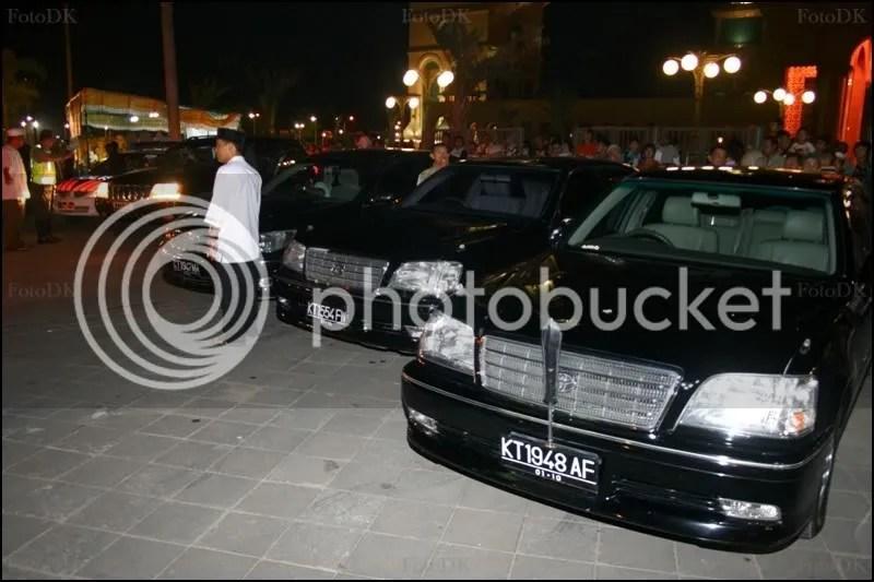 kendaraan dinas berplat hitam yang digunakan para pejabat yang hadir malam itu. Dari Gubernur, walikota, wakil walikota juga hadir.