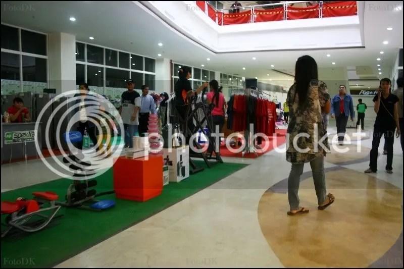 Bayangkan mall yang sepertinya terburu-buru dibuka ini pun makin tidak rapi dengan adanya stand-stand seperti ini.