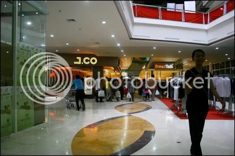 salah satu franchise donat2an yang dibuka di plasa mulia sangat ramai dikunjungi karena memang terletak dilantai utama, dan daya beli masyarakat yang tinggi.