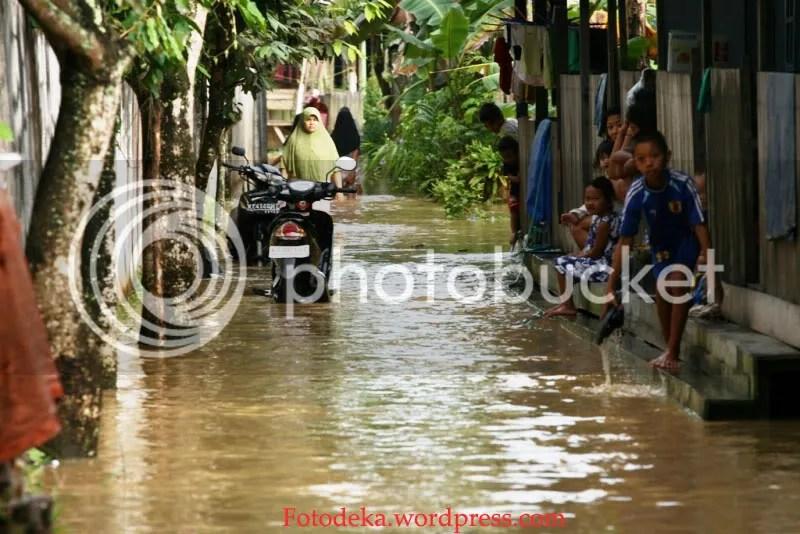 Penduduk sekitar daerah sini memang sudah menjadi langganan banjir karena memang dekat dengan aliran air.