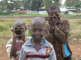 Kibera 18.01.08 Kids film journos with mud cameras