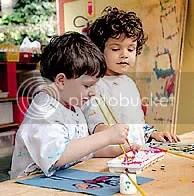 Crianças pintam