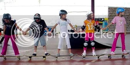 Alunos aprendem a andar em skate - Clique para ampliar