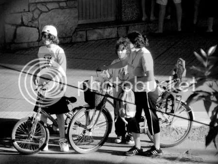 Ciclistas esperando para cruzar