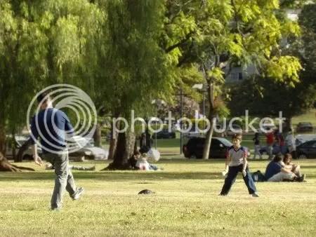 Peloteo - Padre e hijo jugando al fútbol