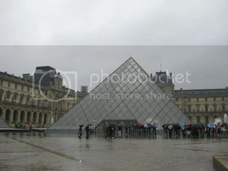 Poor tourists queuing up in the rain to enter from the glass pyramid entrance. Don't they know that there's another entrance underground? photo 550861_10151088178031209_1605860709_n.jpg