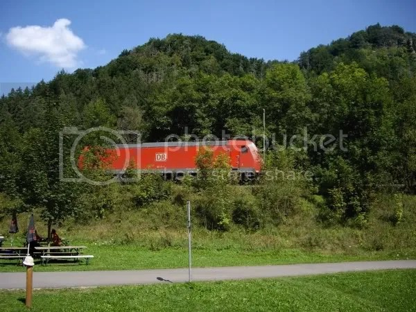 185 137-7 demonstrates the environmental advantages of rail freight approaching Rottweil Sept 2008