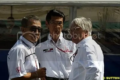 Bernie Ecclestone (right) with Takeo Fuki (left) and a Honda official