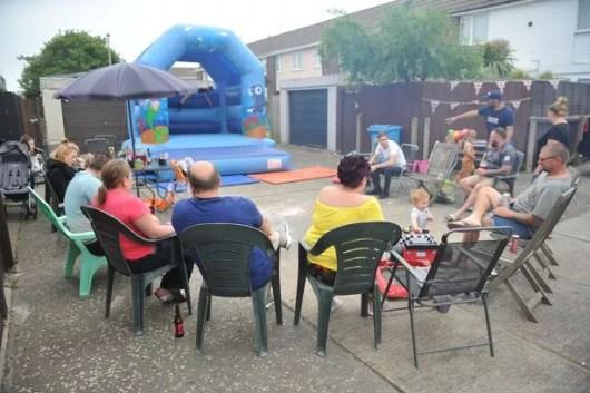 Moradores fazem churrasco para comemorar mudança de vizinha