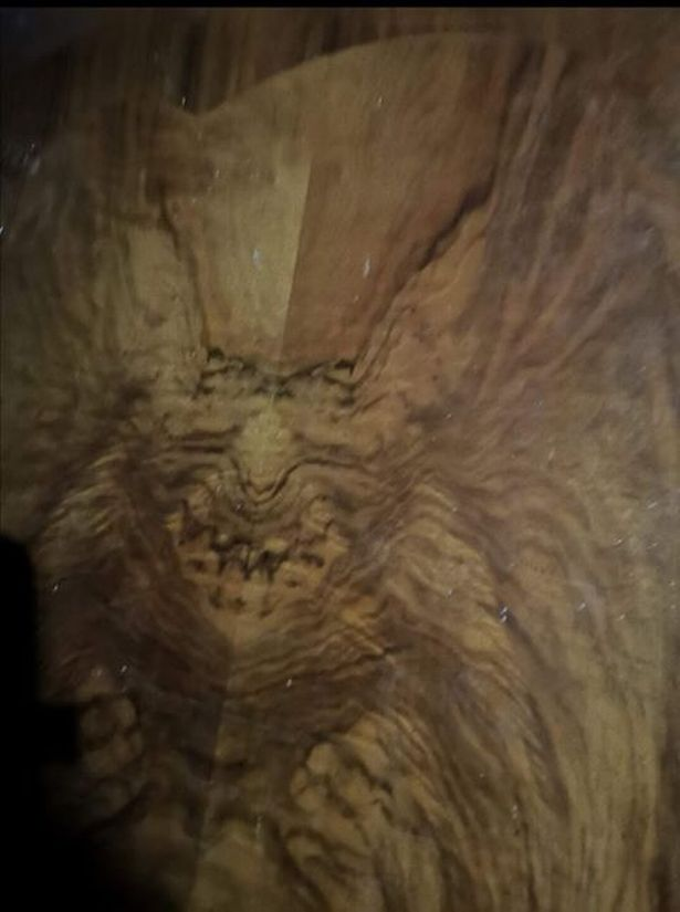 Le visage démoniaque vu dans les meubles