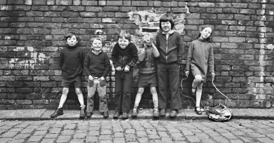 «Κανείς δεν είχε χρήματα.  Ήταν μια συνηθισμένη, εργατική τάξη Μάντσεστερ: Οι λαμπρές φωτογραφίες της ζωής σε έναν πλακόστρωτο δρόμο το 1970 Longsight
