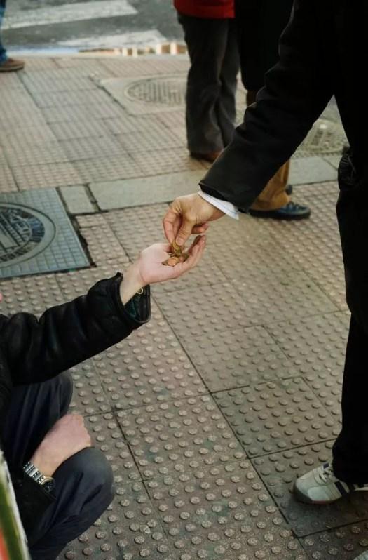 En muchos casos, el dinero que reciben los mendigos se utilizará para financiar una adicción a las drogas o al alcohol, según el informe.