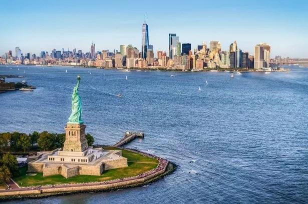 Luftaufnahme der Freiheitsinsel vor Manhattan.  New York.  USA