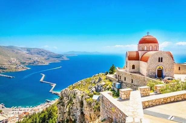 Erstaunliche Ansicht auf abgelegener Kirche mit rotem Dach auf der Klippe des Meeres, Griechenland