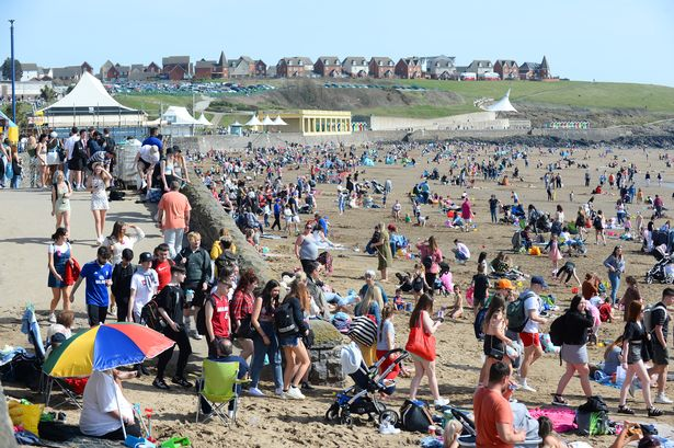 Thousands of people flock to Barry Island beach