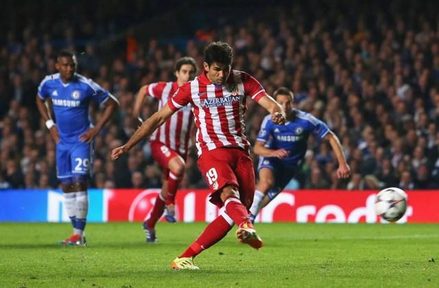 Diego Costa trasforma il calcio di rigore nella semifinale contro il Chelsea a Stamford Bridge per il momentaneo 1-2. Foto: Getty.