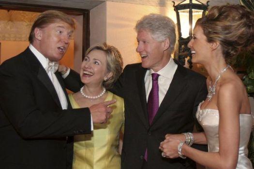 Donald Trump Sr. y Melania Trump con Hillary Clinton y Bill Clinton en la recepción de su boda celebrada en The Mar-a-Lago Club el 22 de enero de 2005