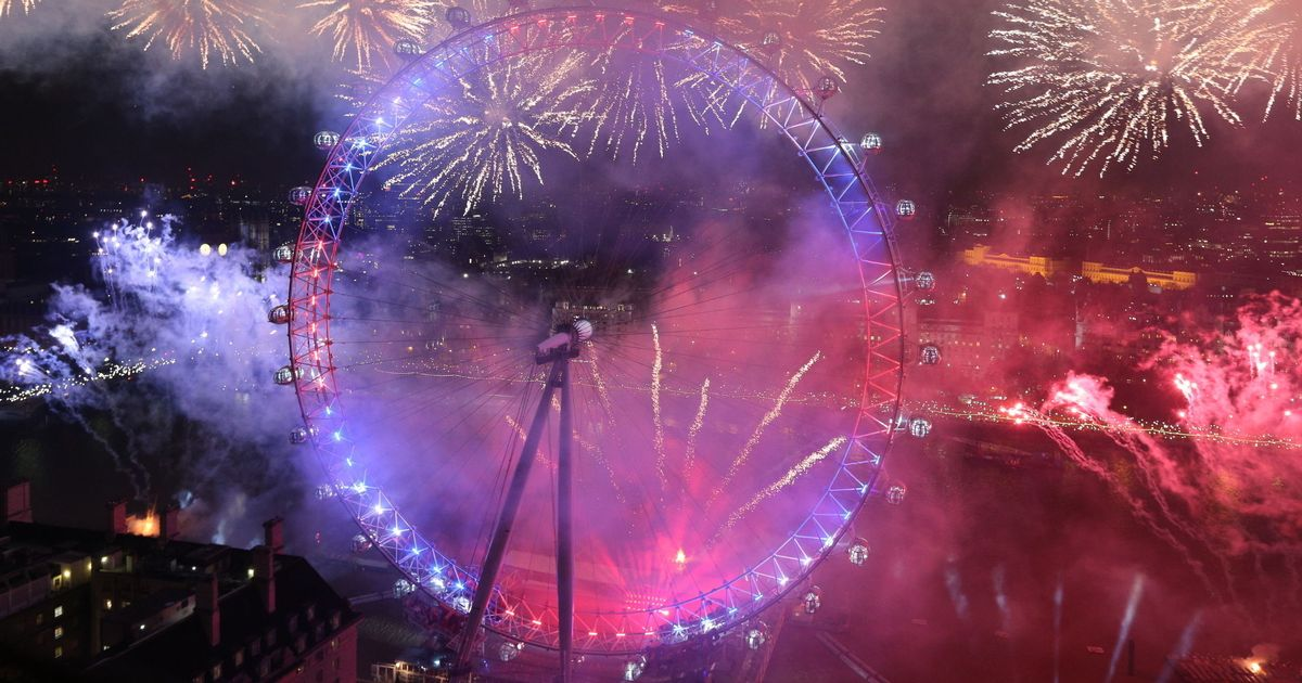 New Year s fireworks dazzle crowds in London and Edinburgh as the     New Year s fireworks dazzle crowds in London and Edinburgh as the world  celebrates ringing in 2017   Mirror Online