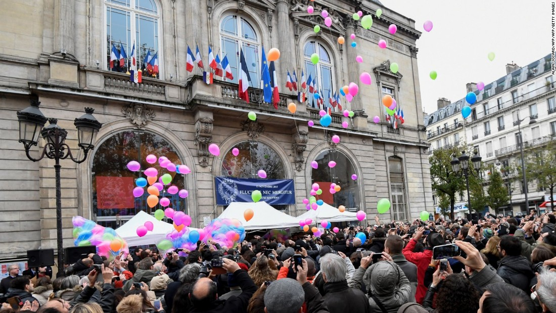 People release balloons in front of the city hall of the 11th arrondissement of Paris, on November 13, 2016, to mark the first anniversary of the Paris terror attacks. 130 people were killed on November 13, 2015 by gunmen and suicide bombers from the Islamic State (IS) group in a series of coordinated attacks in and around Paris.  / AFP / ALAIN JOCARD        (Photo credit should read ALAIN JOCARD/AFP/Getty Images)