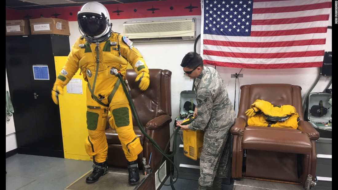The flight suits protect their wearer at high altitude.