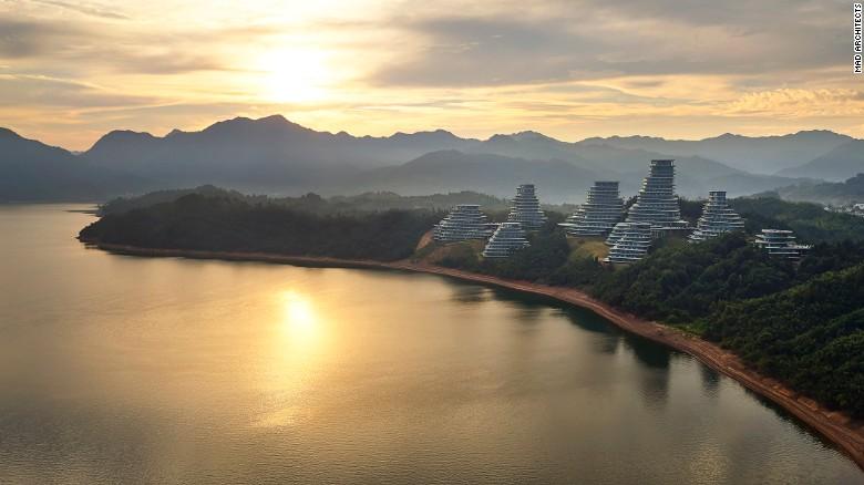 L'ambizioso progetto si propone di imitare la topografia locale della regione montagnosa iconica e portare Huangshan nella piega della società contemporanea.