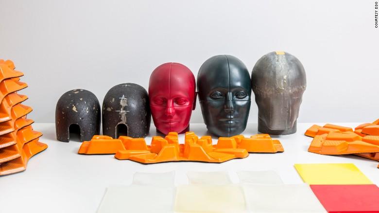 D3O realiza testes em cabeças de manequim para ver quanto impacto pode ser absorvido através de seu estofamento de capacete.