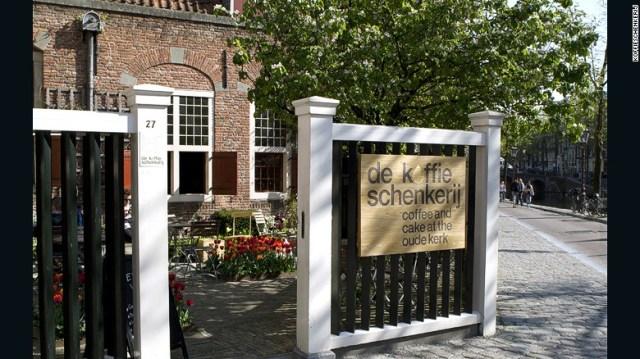 il culto del caffè.  De Koffieschenkerij è nascosto nella chiesa Oude Kerk.