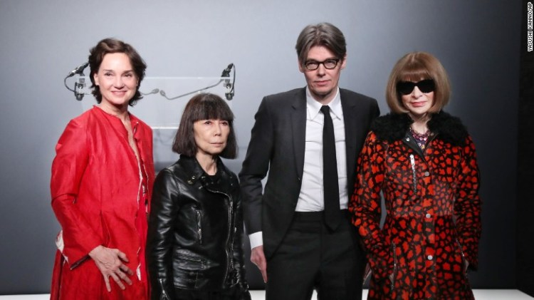 Da sinistra: Carrie Rebora Barratt, Rei Kawakubo, Andrew Bolton e Anna Wintour in una conferenza stampa a Parigi.