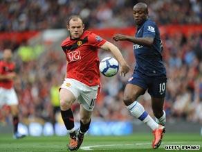 Manchester United goalscorer Wayne Rooney, left, challenges Arsenal defender William Gallas.