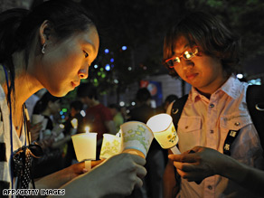South Koreans light candles during a vigil to pay their respects to Roh Moo-Hyun.